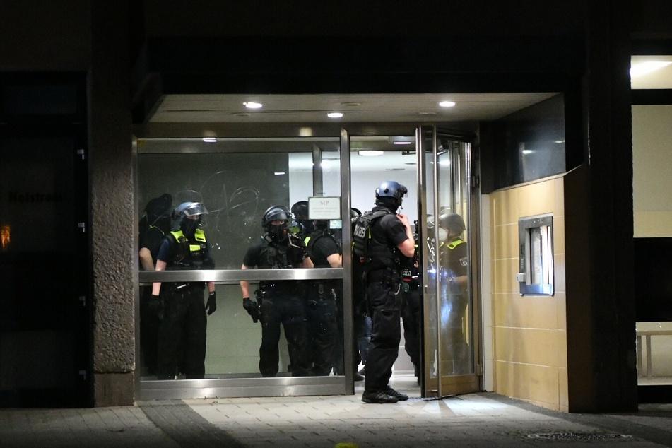 Die Polizei stürmte das Hochhaus mit Maschinenpistolen im Anschlag.