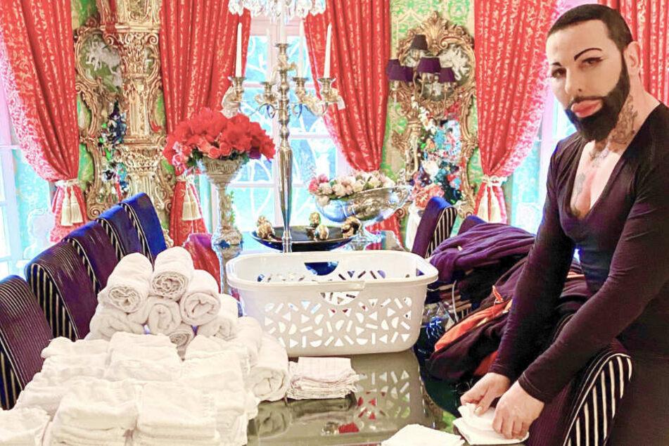 Modeschöpfer Harald Glööckler ordnet in seinem Haus frisch gewaschene Handtücher. Er befindet sich in selbst gewählter Corona-Isolation. Ohne Personal und ohne Besuche kocht, putzt und wäscht er im März selbst.