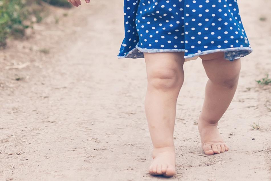 Ganz alleine und nur leicht bekleidet ist ein erst dreieinhalb Jahre altes Mädchen durch ein Dorf in Bayern gelaufen. (Symbolbild)