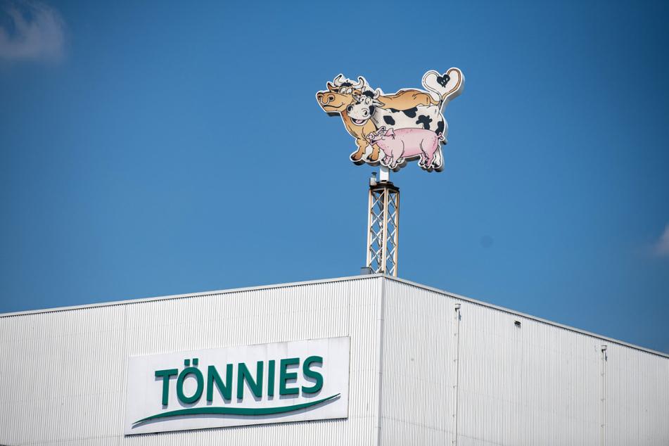 Beim Corona-Ausbruch im Fleischbetrieb Tönnies in Rheda-Wiedenbrück sind zwischen Anfang Juni und Ende Juli 2117 Angestellte positiv auf das Virus getestet worden. In 90 Prozent hergab sich als Infektionsquelle der Arbeitsplatz.