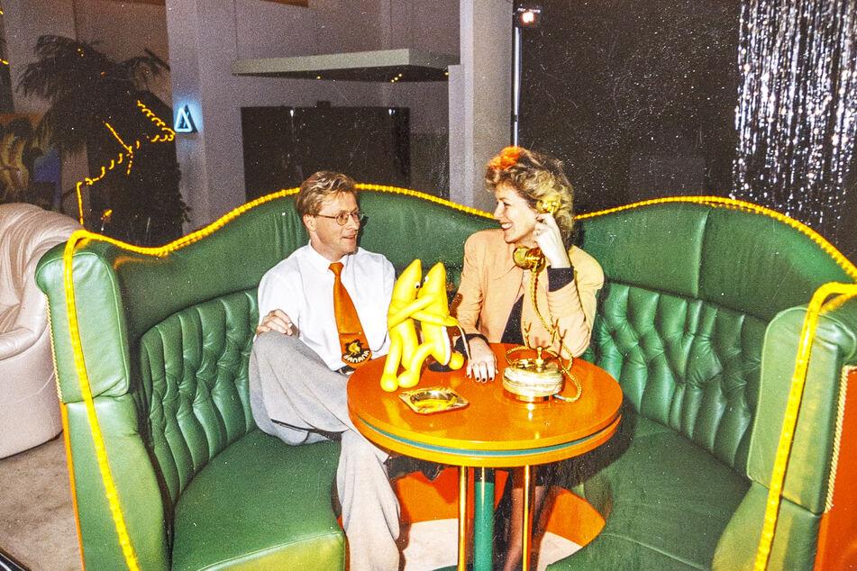 """Zu den originellen Markenzeichen des """"Banana"""" gehörten auch nostalgisch anmutende Tischtelefone. Am Apparat: die beiden Disco-Gründer Wolle Förster und Petra Reiße."""