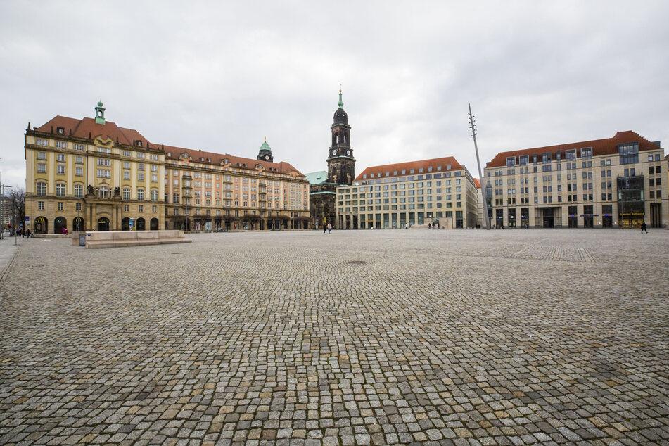 Am Montagabend fand eine Kundgebung gegen die Corona-Maßnahmen auf dem derzeit meist recht leeren Dresdner Altmarkt statt.