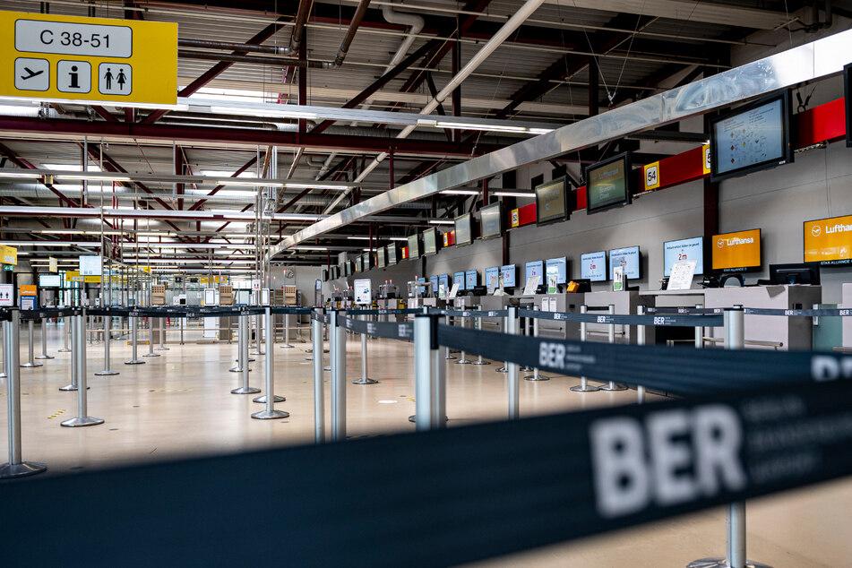 Menschenleer ist die Halle im Check-In-Bereich des Terminal C auf dem Flughafen Berlin-Tegel. (Archivbild)
