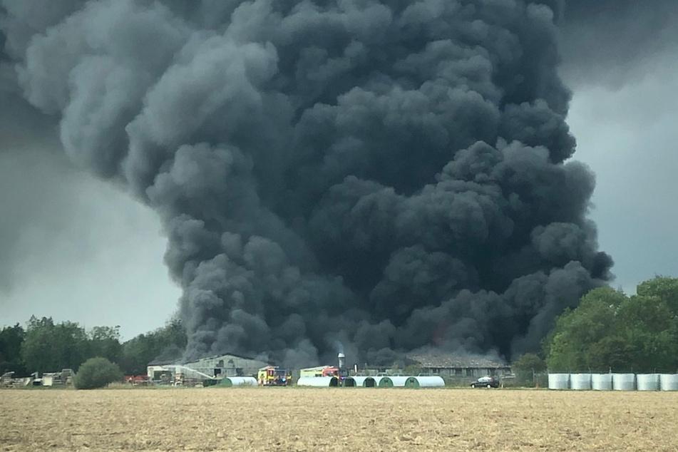 Explosionen zu hören! Feuer in Industrieanlage ausgebrochen