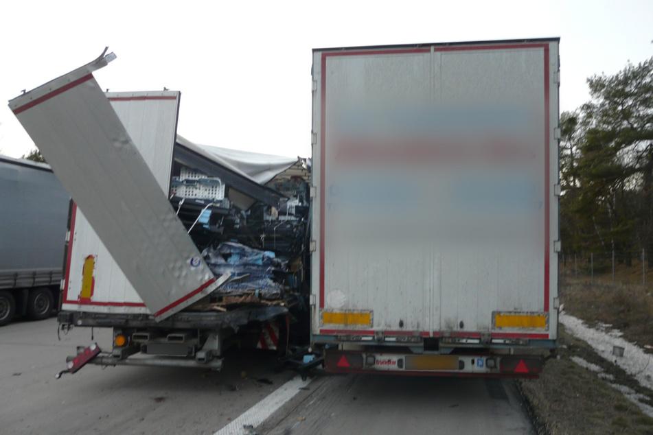 Der Sattelzug aus Holland (r.) krachte in einen Lastwagen aus Polen.