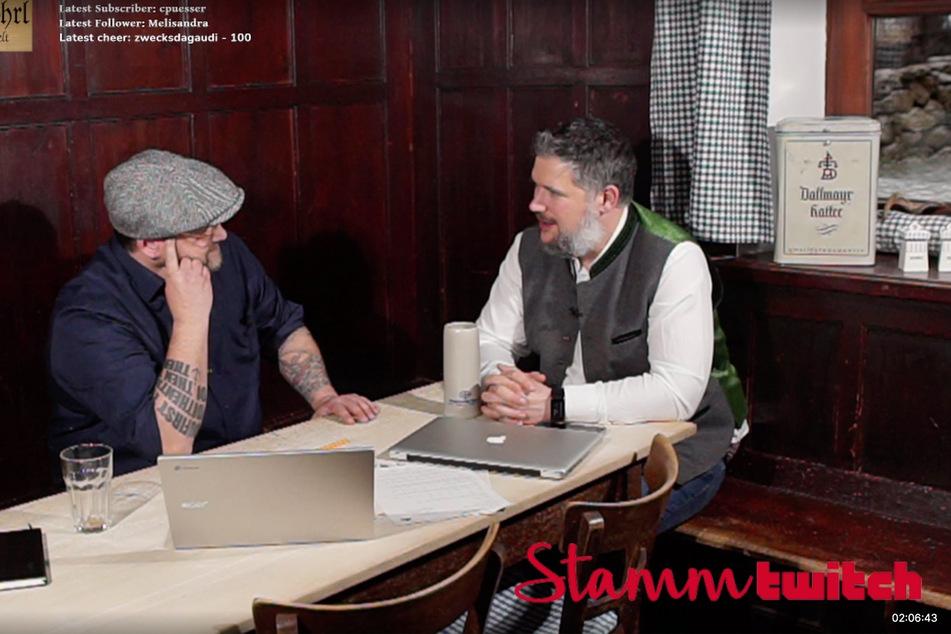 """Im Format """"StammTwitch"""" unterhalten sich Inhaber Muk Röhrl (r.) und sein Koch Christoph Hauser über verschiedene Themen."""