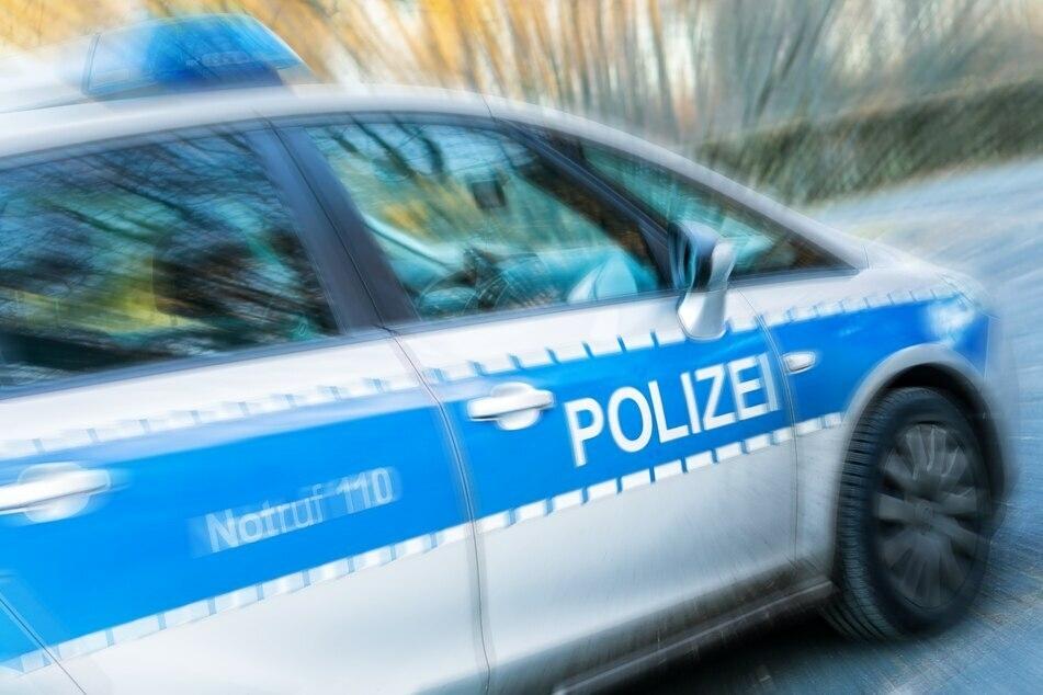 Chemnitz: Fahrerloser Polizei-Kleinbus durchbricht Grundstückszaun