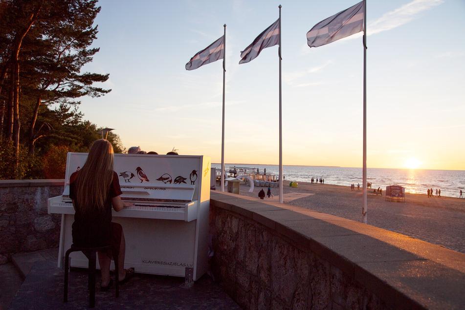 Am Strand von Jurmala steht ein Klavier, das jedermann spielen darf.