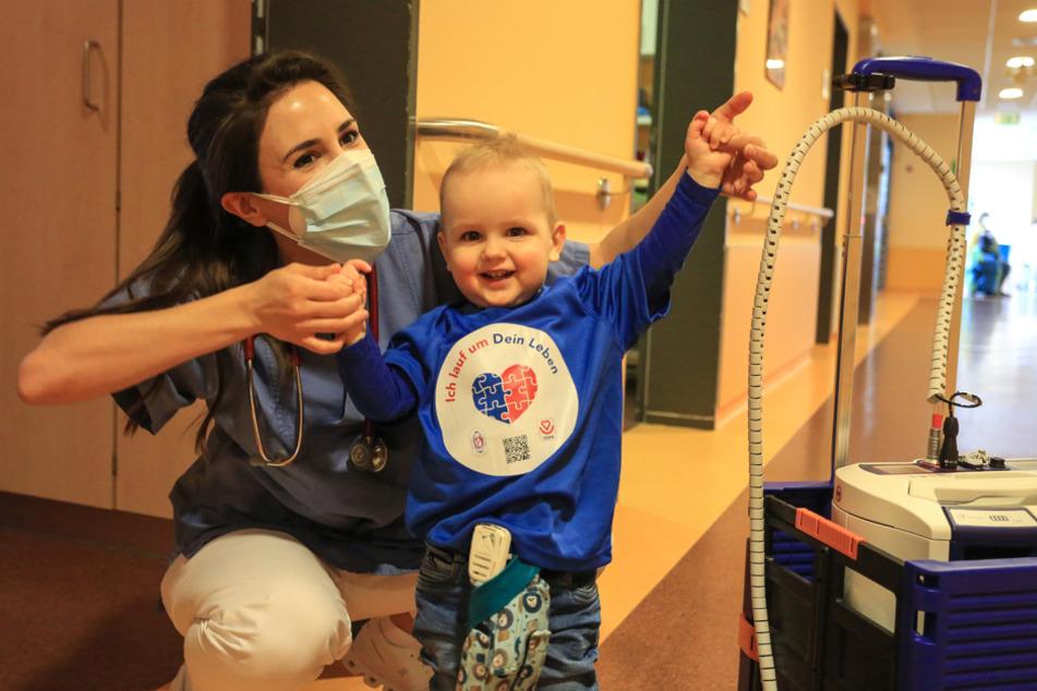 Zusammen mit dem Krankenhauspersonal macht Jakob auf den digitalen Spendenlauf aufmerksam.