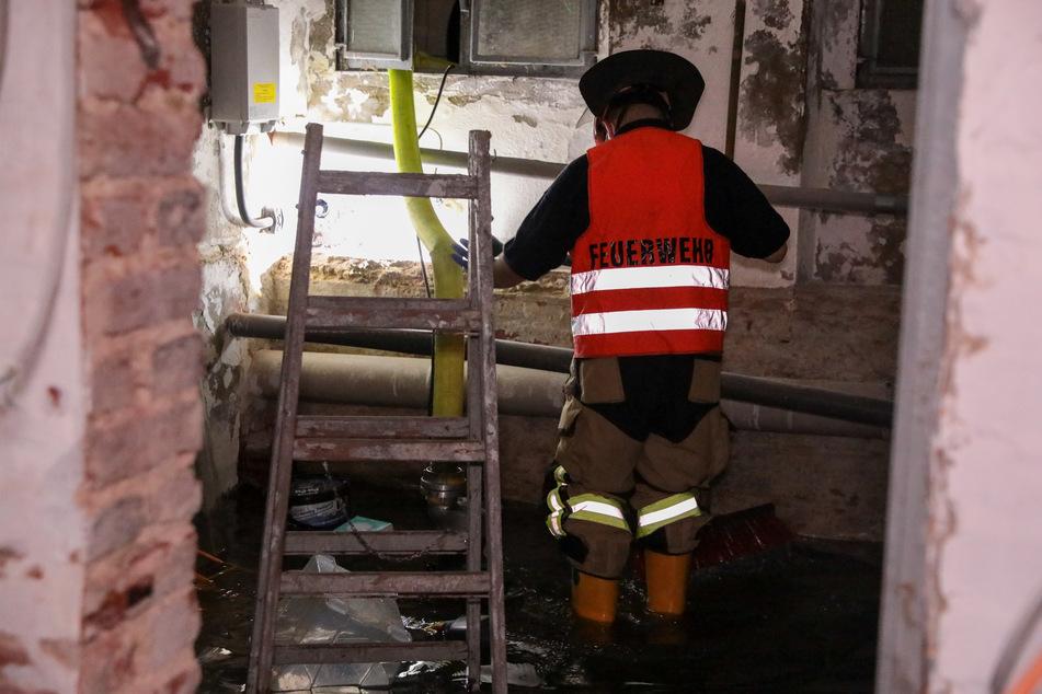 In Solingen und weiteren nordrhein-westfälischen Städten sind Keller vollgelaufen. Die Feuerwehr war im Dauereinsatz.