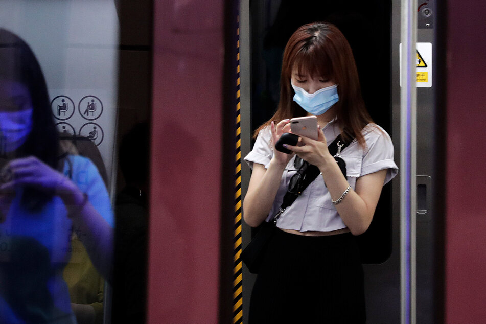 China, Peking: Pendler tragen Gesichtsmasken zum Schutz vor der Coronavirus-Pandemie während sie mit einem U-Bahn-Zug fahren.