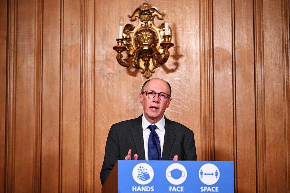 Stephen Powis, nationaler Gesundheitsberater in Großbritannien, spricht bei einer Pressekonferenz in der Downing Street.