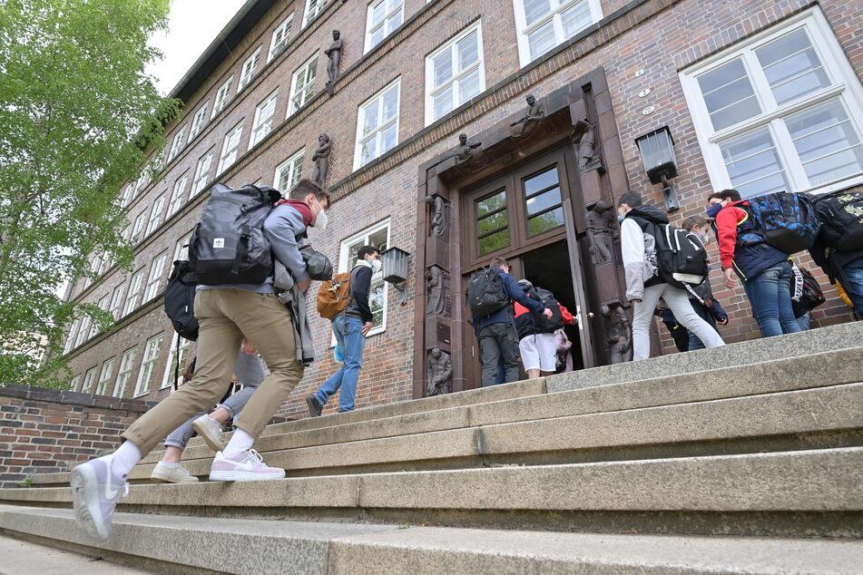 Andrang vorm Georgius-Agricola-Gymnasium: Die Schulen öffnen in der kommenden Woche wieder ihre Pforten. Zum Start gilt an den weiterführenden Schulen erst einmal Maskenpflicht.