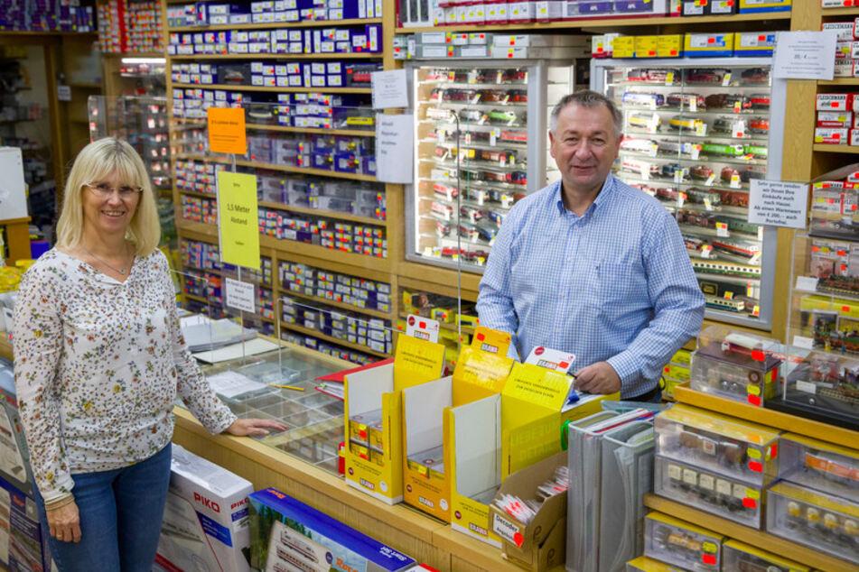 Rudolf Böhlein und seine Frau Claudia, Geschäftsinhaber des Modelleisenbahn-Geschäfts Eisenbahn Dörfler, stehen in ihrem Laden in der Nürnberger Innenstadt.