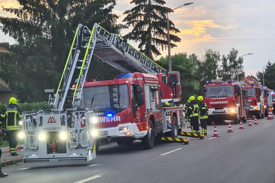 Die Feuerwehr rückte an und löschte den Brand. Zwei Hausbewohner wurden in ein Krankenhaus gebracht.