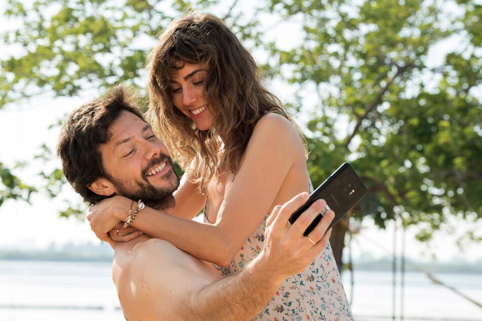Óscar (Álvaro Morte) und Verónica (Irene Arcos) im Glück, das plötzlich in Unglück mündete.