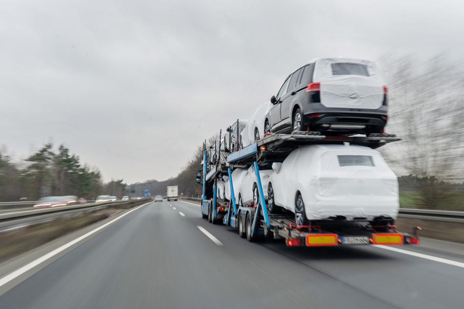 16-Jähriger versucht illegale Einreise auf Autotransporter, doch eins hat er nicht bedacht