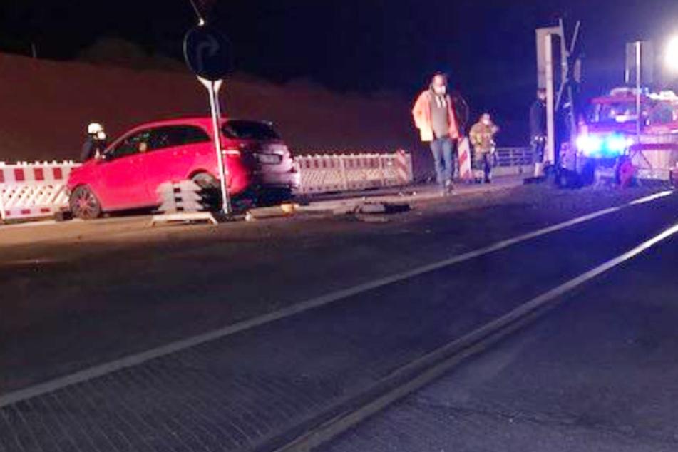 Der Fahrer des roten Autos wurde glücklicherweise nur leicht verletzt.