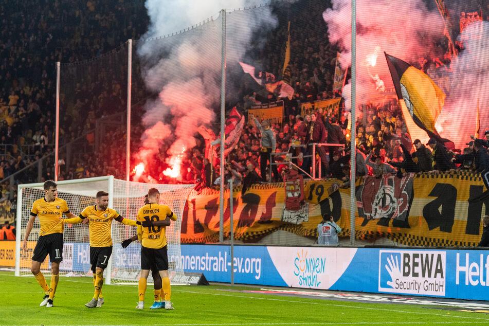 Alexander Jeremejeff (v.l.n.r.), Niklas Kreuzer, Moussa Kone und Jannik Müller bejubeln ein Tor vor den Dynamo-Fans.