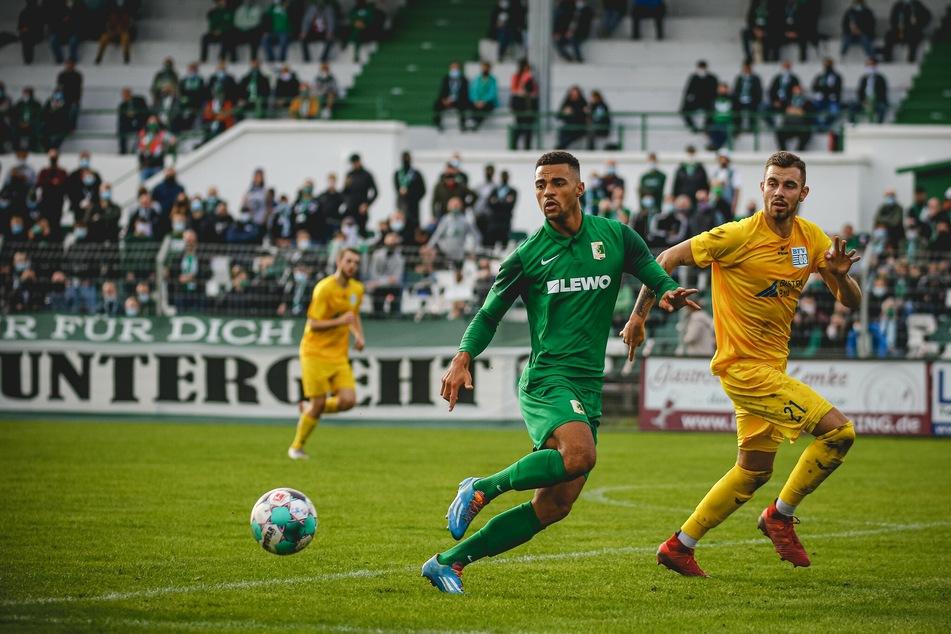 Benjamin Luis (21, Mitte) während der Partie zwischen Chemie Leipzig und dem Bischofswerdaer FV. Der Stürmer hat seinen Vertrag bei den Leutzschern nun um zwei Jahre verlängert.