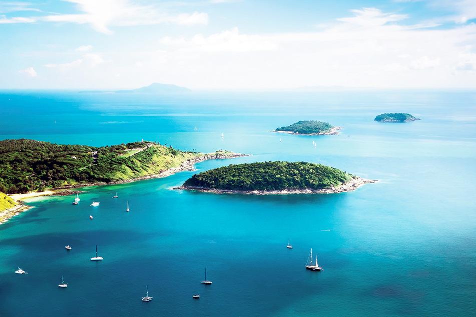 Tropeninseln wirken von oben wie grüne Kleckse im türkisfarben Ozean. Koh Kaeo - auch Buddha Island genannt - liegt nur 20 Minuten Bootsfahrt südlich von Phuket. Die Riffe hier gelten als Taucherparadiese.