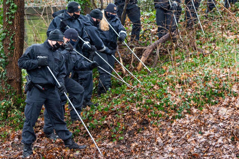 Polizisten durchkämmen ein Waldstück, so wie vor vielen Jahren nach Jan Böhmermann gesucht wurde. (Symbolbild)