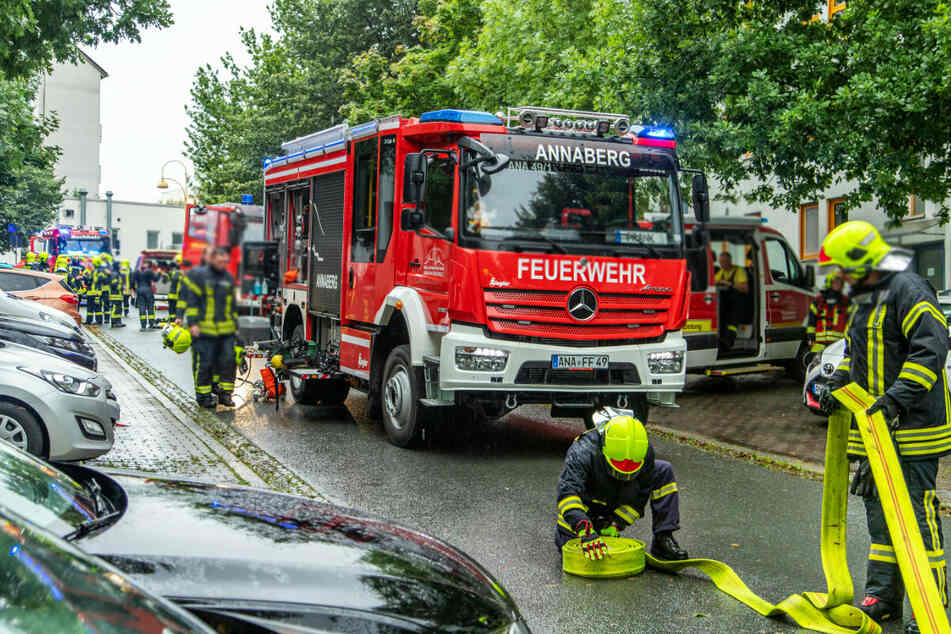 Feuerwehreinsatz am Samstagmorgen aufgrund des Wohnungsbrandes im Herzog-Georg-Ring in Annaberg-Buchholz.