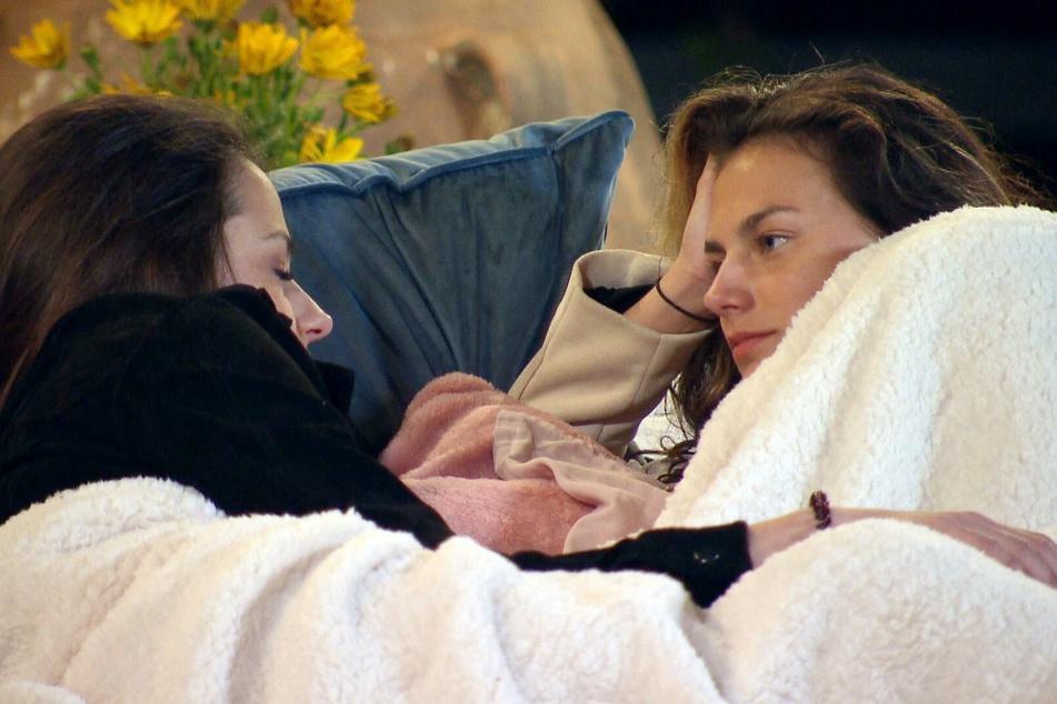 Bei dem Übernachtungsdate kommen sich Irina (30, l.) und Lou (21) erstmals körperlich näher.