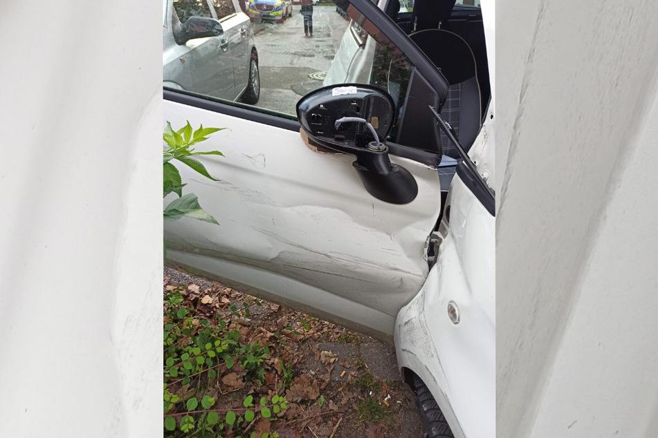 Der weiße Fiat 500 kollidierte mit einem weiteren Auto, was zu leichten Schäden führte.
