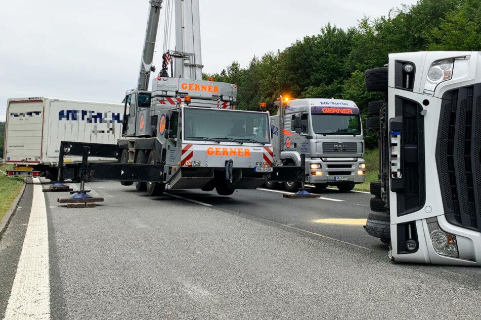 Die Bergung des Lastwagens soll laut Polizei mehrere Stunden dauern.