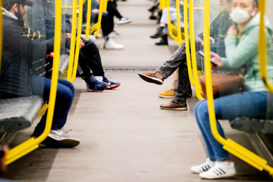 Fahrgäste sitzen in einer U-Bahn in Berlin. (Symbolbild)