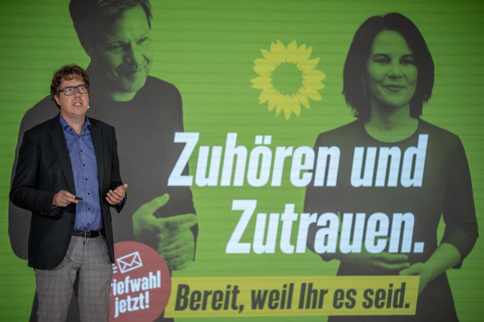"""Michael Kellner, Wahlkampfleiter und Politischer Bundesgeschäftsführer der Grünen, bezeichnet die Plakataktion als """"rechte Schmutzkampagne""""."""