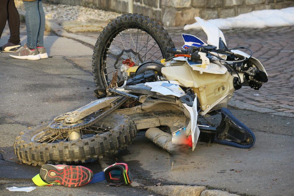 Ein Biker (22) krachte am Samstagnachmittag auf der B169 mit einem Opel zusammen. Der 22-Jährige wurde schwer verletzt.