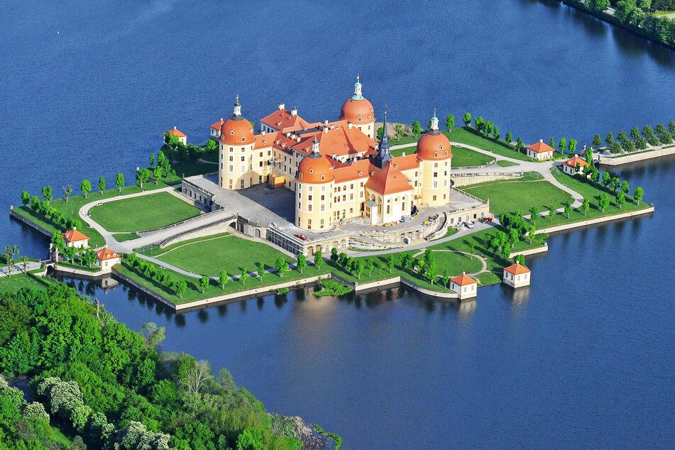 Eine Luftaufnahme des Moritzburger Schlosses. Auf der rückwärtigen Terrasse sollen die Konzerte stattfinden.