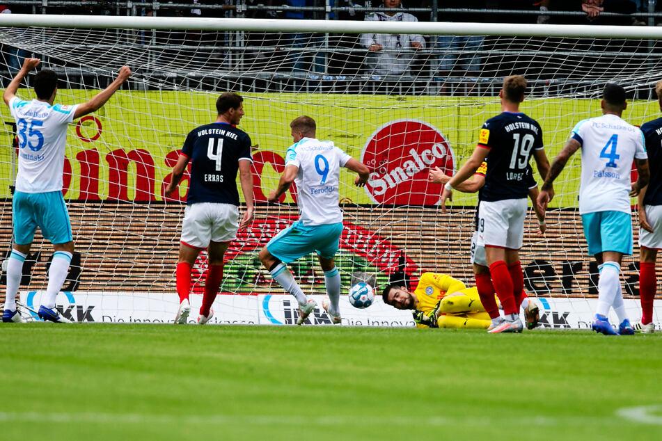 Er ist einfach ein Phänomen! Simon Terodde (3.v.l.) drückt den Ball zum 2:0 für den FC Schalke 04 über die Linie.