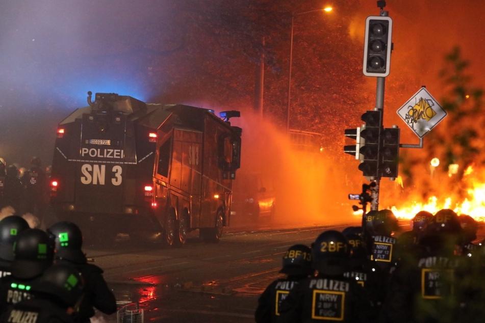 Zuvor waren mehrere Barrikaden in Brand gesetzt worden.