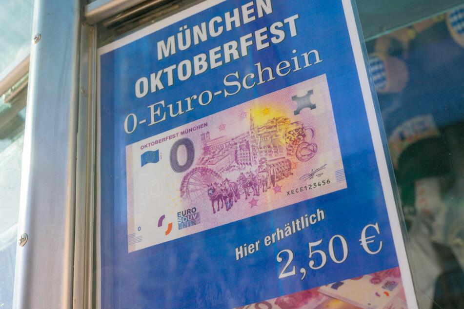 Ein Schild mit einem abgebildeten Null-Euro-Schein hängt in einem Kiosk in der Innenstadt. Offen ist zur Zeit, ob das diesjährige Oktoberfest wie gewohnt stattfinden wird.