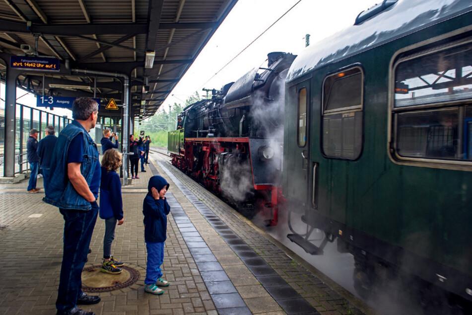 Eisenbahn-Liebhaber staunen beim Halt in Reichenbach. Wegen wetter- und gewichtsbedingten Problemen musste der Zug mit weniger Wagen fahren.