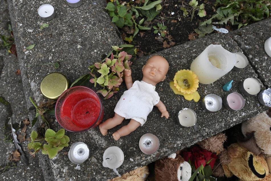 Ihre Trauer brachten Menschen mit einer Puppe und Kerzen vor dem Haus zum Ausdruck, wo die Polizei die fünf Kindern tot auffand.