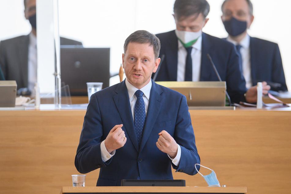 Ministerpräsident Michael Kretschmer (45, CDU) spricht im sächsischen Landtag. Ob er auch der Angebot der Impfung wahrnehmen wird?