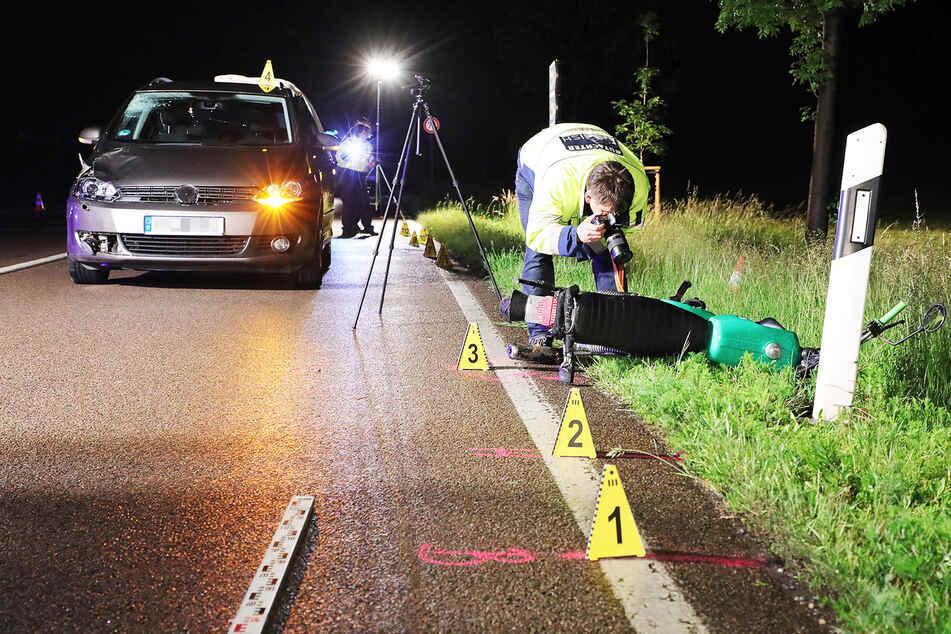 Ein Gutachter dokumentiert die Schäden an dem Simson Moped.