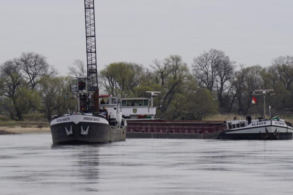 Teil der Elbe gesperrt: Schiff in Kanal festgefahren