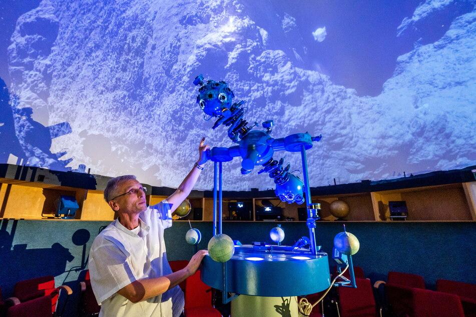 Physiklehrer wie Thomas Weisbach (57) sind Mangelware. Einen Teil seiner Arbeitszeit verwendet er für Klassen-Führungen durch das Chemnitzer Planetarium. Seine Nachfolge: ungeklärt.