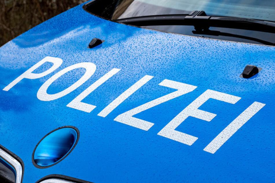 Mit Hammer und Pistole: Duo überfällt Tankstelle und flüchtet mit Bargeld