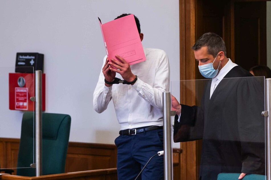 Der Angeklagte (l.) wird von seinem Anwalt Moritz Klay in den Saal vom Landgericht geführt.