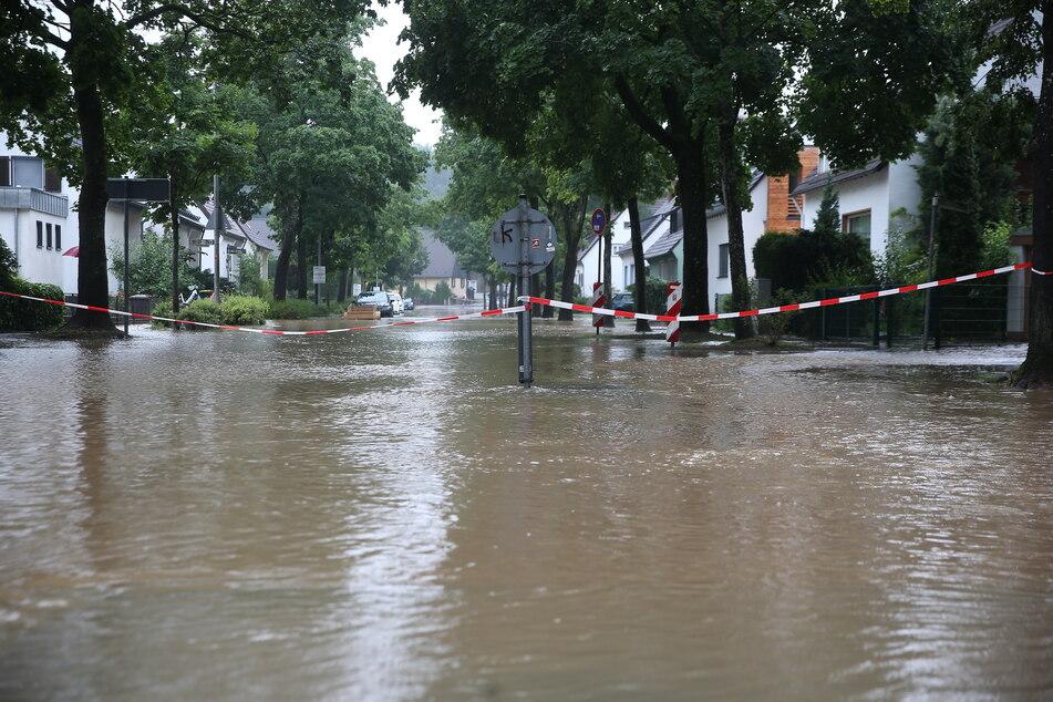 Eine Straße in Erkrath ist überflutet und musste abgesperrt werden.