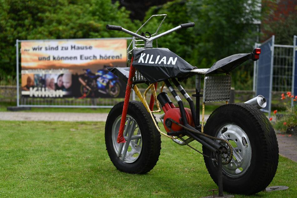 Eine Motorradskulptur steht vor einem Haus. Hunderte Motorradfahrer haben sich am Samstag aus einem rührenden Grund in Ostfriesland versammelt.