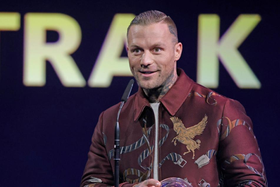 """Rapper Kontra K (37) freut sich 2020 bei der Verleihung des Radiopreises """"1Live Krone"""" über die Auszeichnung in der Kategorie """"Bester Hip Hop Act""""."""