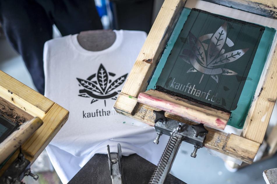 """Die Fan-Artikel werden im T-Shirt-Laden """"Karlskopf"""" bedruckt."""