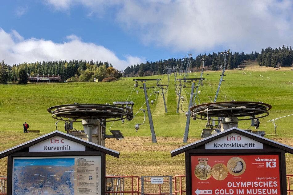 Die Ski-Lifte am Fichtelberg sollen schon bald wieder Wintersportler nach oben befördern.